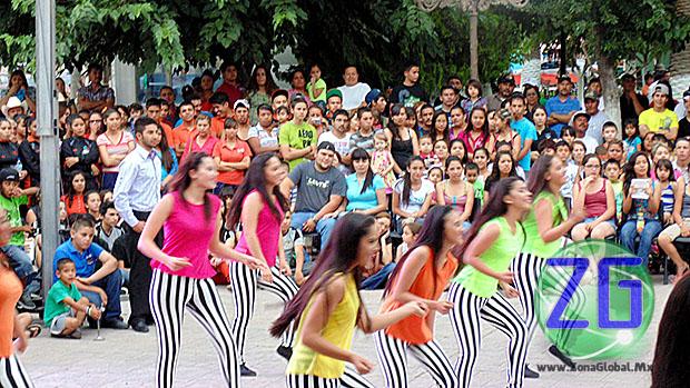 La magna ceremonia se realizó en la explanada de Presidencia Municipal ante gran cantidad de estudiantes del Centro de Bachillerato Tecnólogo Agropecuario.