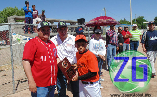 """El Alcalde Manuel Duarte, apreció el desfile de cada uno de los equipos que habrán de disputarse el campeonato de temporada, denominado """"Sección 42""""."""